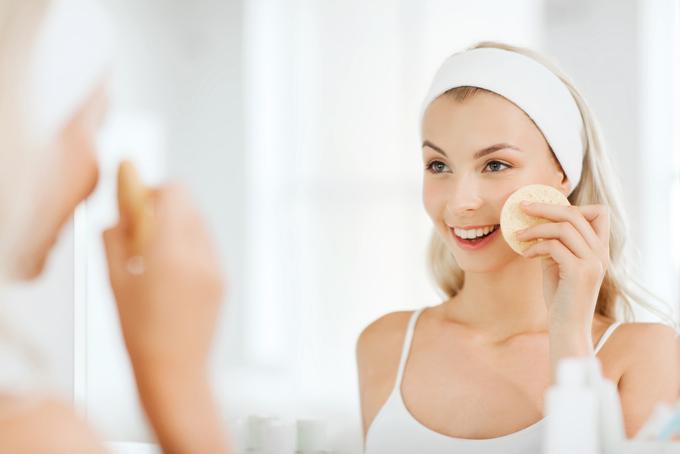 鏡の前でスキンケアをする女性の画像