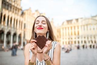 チョコレートを食べている女性の画像