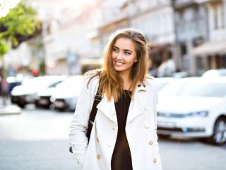 白いジャケットを着た女性の画像