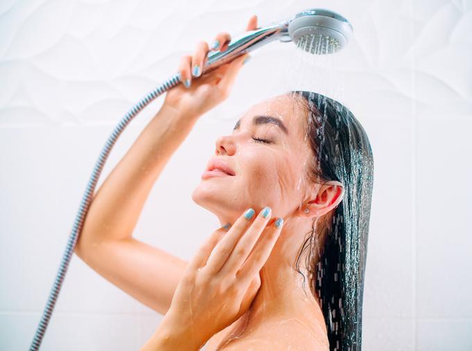 シャワーを浴びている女性の画像