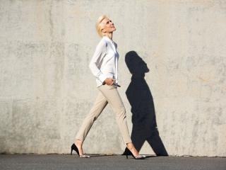 歩く女性の画像