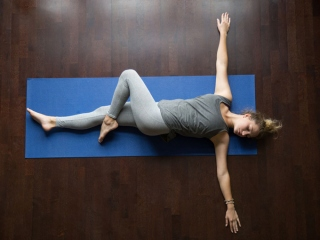 ツイスト運動をする女性の画像