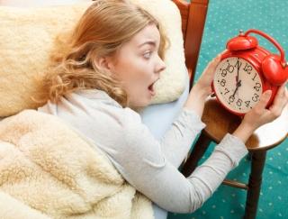 起きないと勝手にツイートされる!? 二度寝をくい止める爆音目覚ましアプリ「デラオキ」