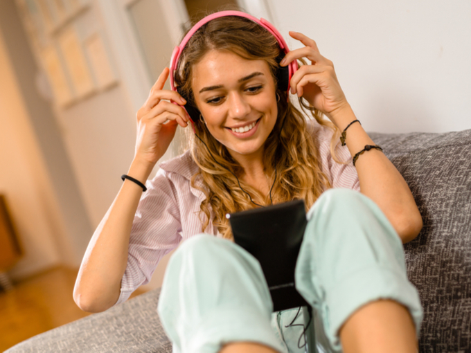 音楽を聴く女性の画像