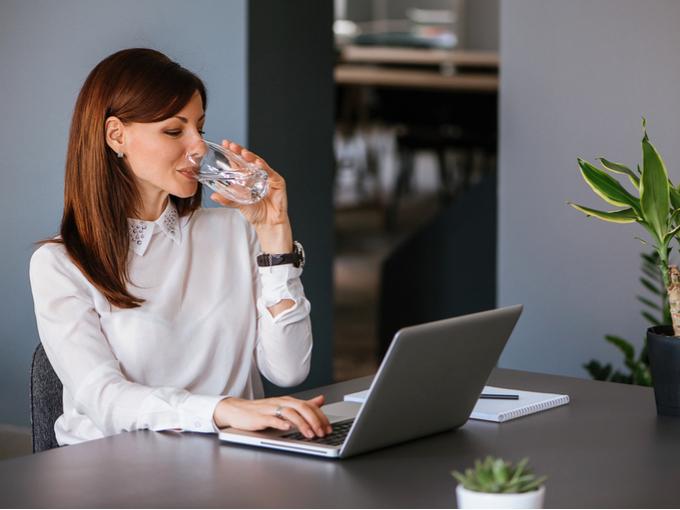 水を飲んでいる女性の画像