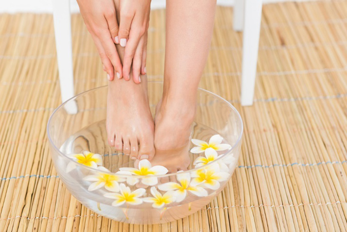 足をていねいに洗っている女性