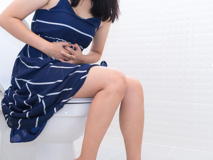 トイレにいる女性の画像