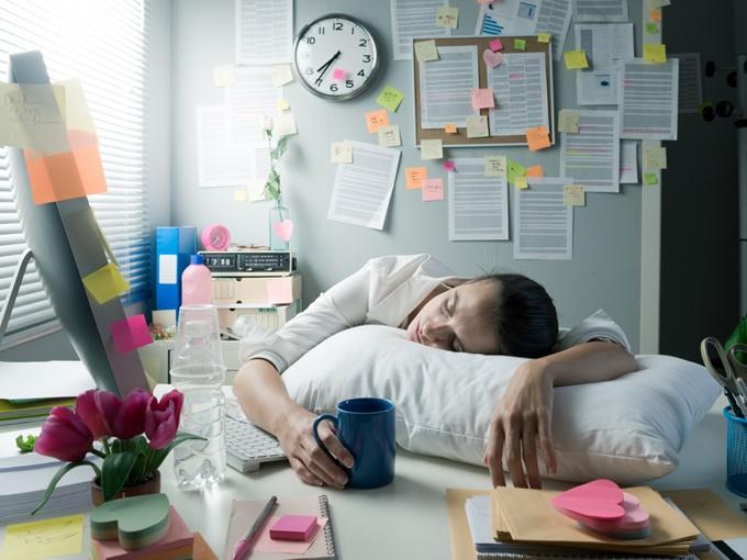 机で寝る女性