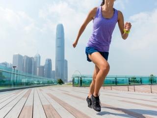 ジョギングをしている女性の画像