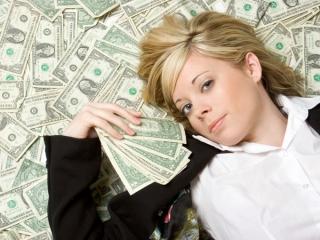 お金に囲まれる女性