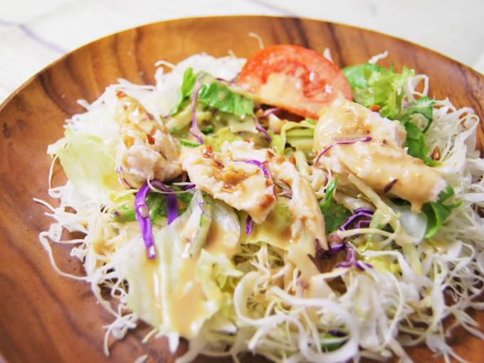 お皿に盛った「サラダチキンのサラダ」のアップ画像
