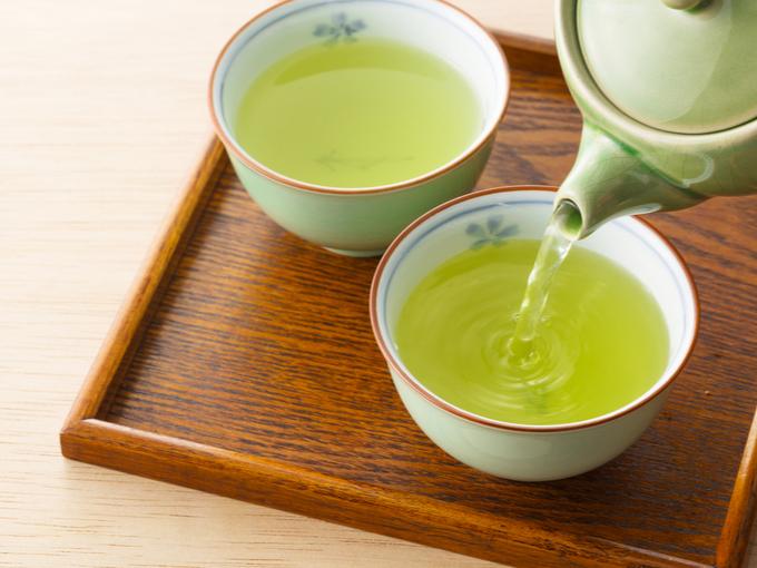 緑茶を急須でいれている