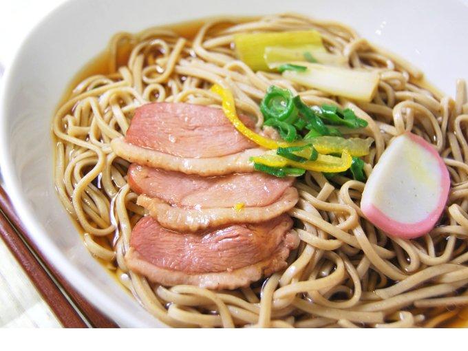 お皿に移した「合鴨南蛮蕎麦」のアップ画像