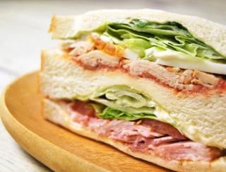 具材が今にもあふれそう…食べごたえバツグンなファミマの新商品「プレミアムサンド トマトチキン&BLT」