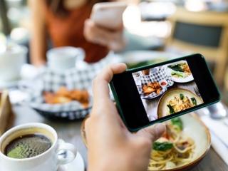 料理の写真を撮っている画像