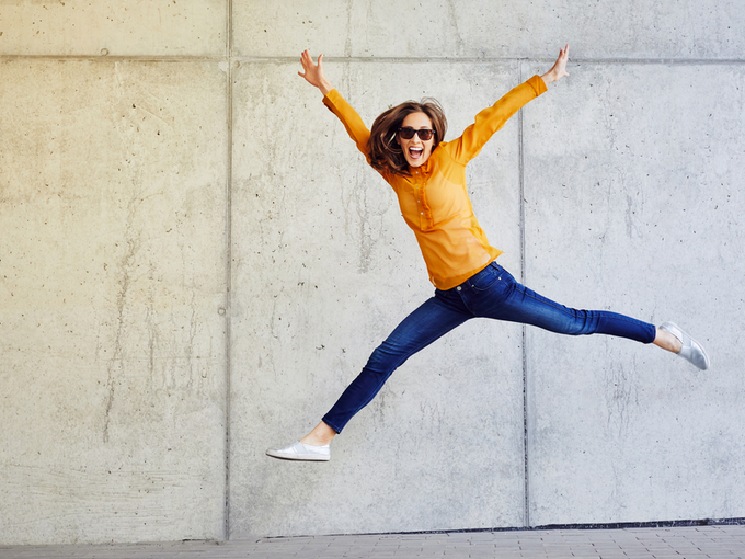 ジャンプしている女性の画像