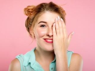 視力検査をしている女性の画像 1185123544