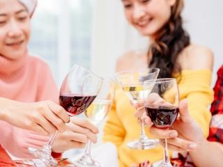 お酒を楽しんでいる人たちの画像