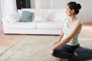 自宅でストレッチしている女性の画像