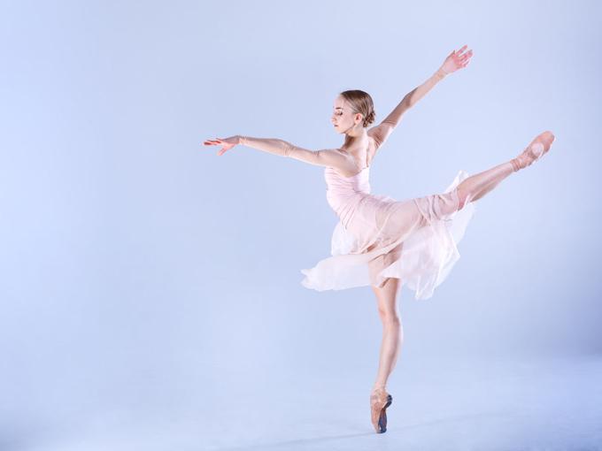 片足を上げて踊るバレリーナの画像