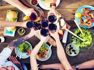 仲間で食事会のテーブル