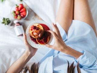 スイーツを食べる女性の画像