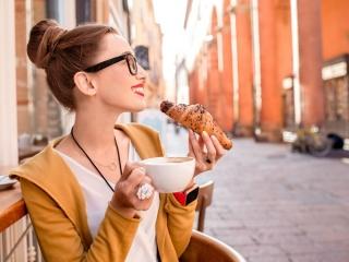 パンを食べる女性の画像