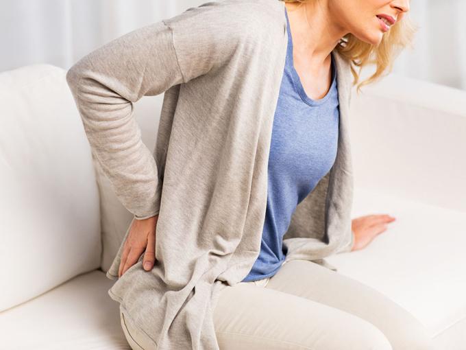 腰を痛めた女性の画像