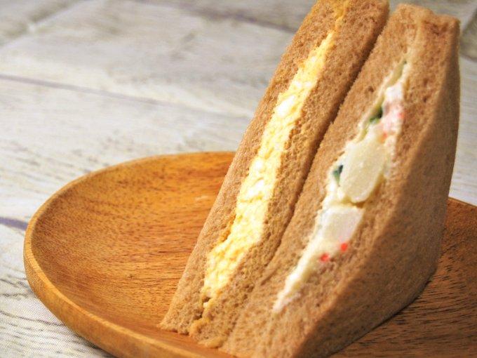 パッケージを開けた「全粒粉サンド たまご&ポテトサラダサンド」の画像