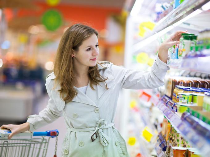 店で商品を見る女性
