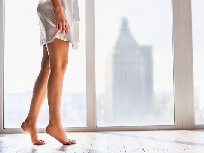 足を露出する女性の画像