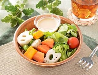 まろやかなドレッシングが野菜にマッチしたローソンの新作「緑黄色野菜と根菜サラダ」