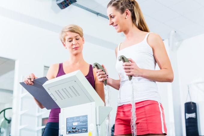 体脂肪率を計る女性