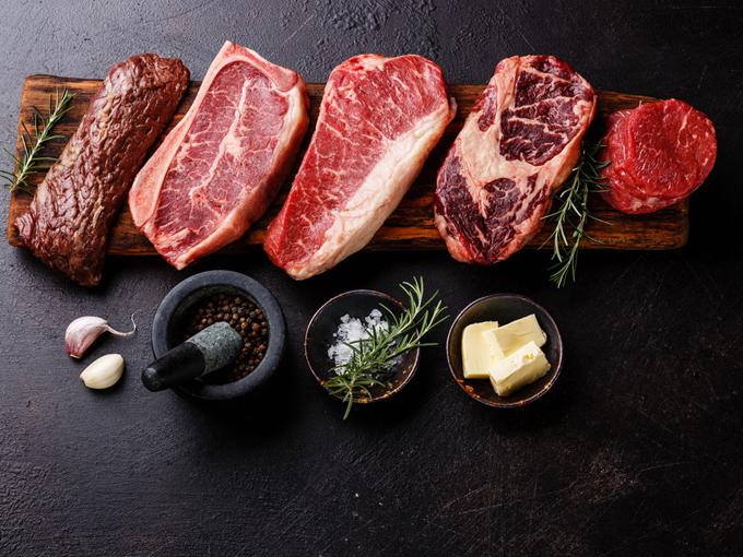 まな板の上に5種類の牛肉が置いてある画像