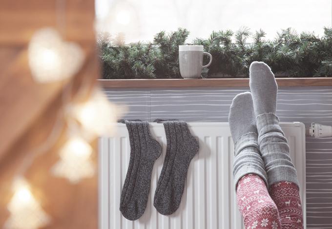 レッグウォーマーを履いている女性の脚アップ画像
