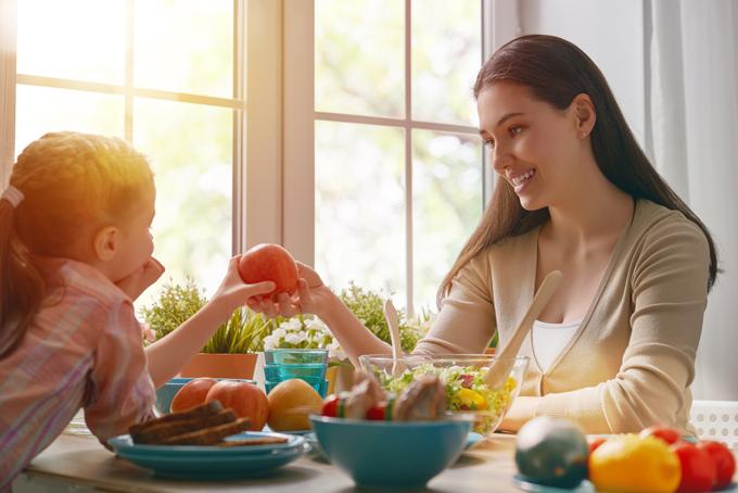 親子で野菜を食べようとしている