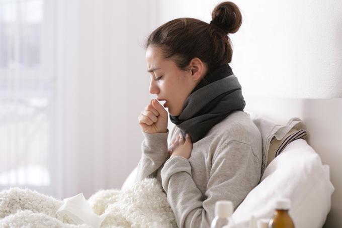 風邪を引いている女性の画像