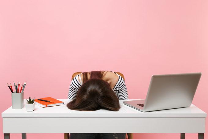 パソコンが壊れて落ち込む女性
