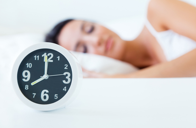 8時になっても寝ている女性