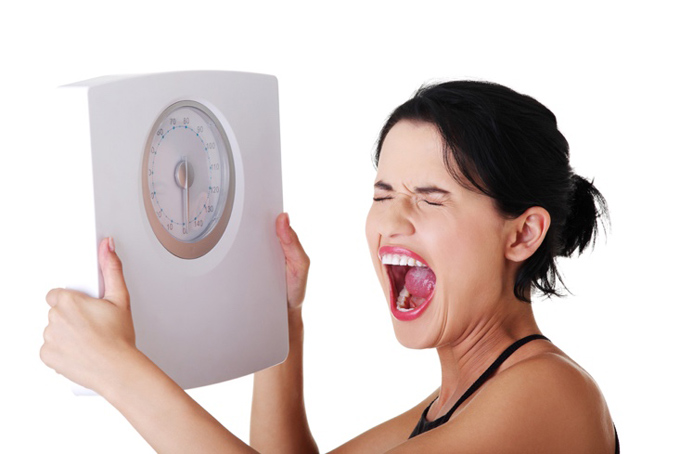 体重計を見ておどろく女性