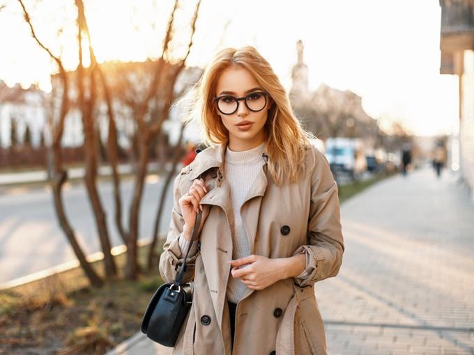 トレンチコートを着た女性