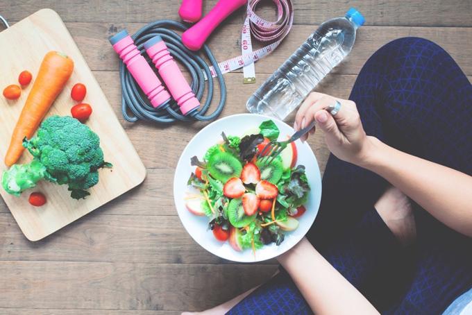 まな板に乗った野菜、水、縄跳び、メジャー、座ってサラダを食べる女性