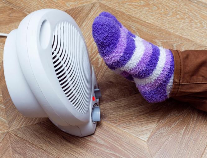 足元を温めるヒーター