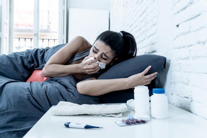 咳がつらくて眠れない女性