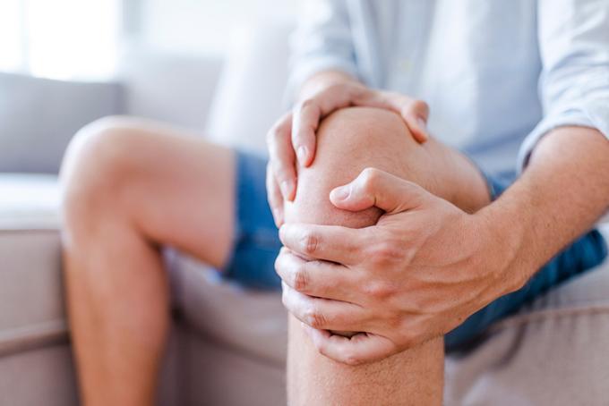 ひざを抑える男性の画像