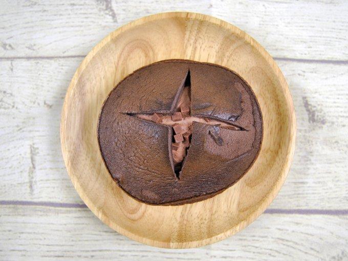 皿にのせた「ダブルクリームサンド(生チョコクリーム&ホイップ)」の画像