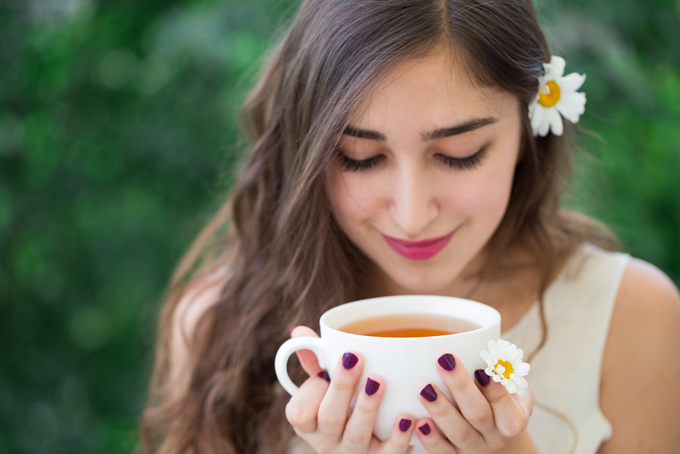 紅茶を飲む女性