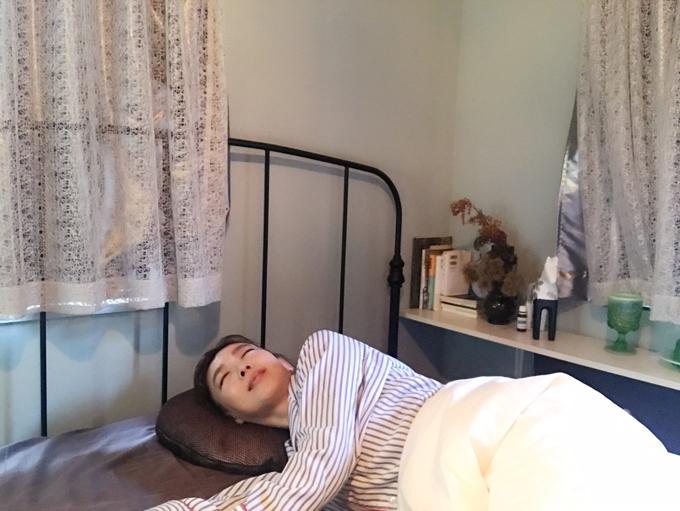 熟眠用たわしで横向きで寝ている和田先生
