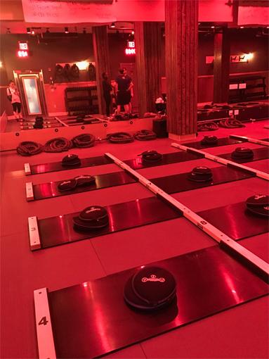 bスタジオ内:「スライドボードがずらりと並んでいます」