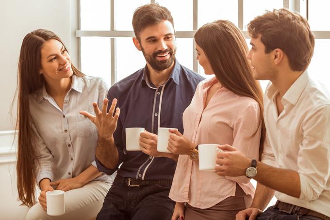 同僚と話している女性の画像